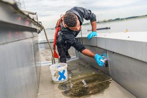 Zunächst reinigten die Dachdecker die umlaufende DachrinneFotos: Triflex