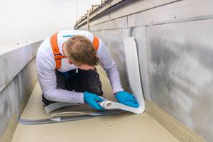 Das selbstklebende Triflex-Spezialvlies setzten die Dachdecker bei den zahlreichen Übergängen zwischen den Metallblechen ein<br />