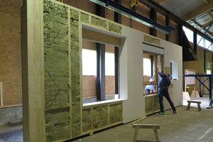 """Die Holzrahmenwände der """"Bremer Punkt"""" genannten Häuser werden im Werk mit Mineralwolle gedämmt und mit nichtbrennbaren Gipsplatten beplankt                             Foto: GEWOBA"""