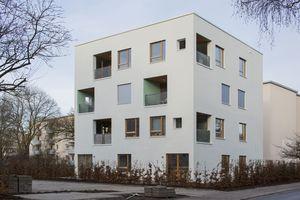 Hinter der Fassade besteht die Gebäudehülle aus Holzrahmenwänden, der U-Wert der Gebäudehülle beträgt 0,13 W/m²K      Fotos (2): Nikolai Wolff