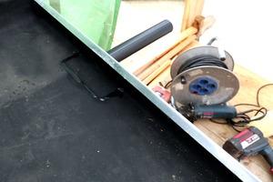 """Rechts: Mit dem Kartuschenkleber """"Hertalan KS96"""" wurde die Manschette des Dachablaufrohrs fest eingebaut"""