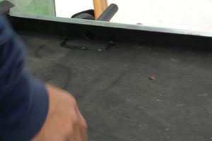 """Rechts: Mit dem pastösen Kartuschenkleber """"Hertalan KS 96"""" wurde die Manschette des Dachablaufs fest eingebaut"""