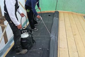 Links: Nachdem die Plane ausgerichtet ist, wird sie in der Dachmitte mit einem Kontaktkleber fixiert