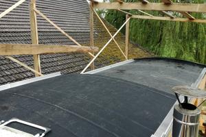 """Innerhalb von einem Vormittag wurde die Dachfläche mit dem EPDM-Werkstoff """"Hertalan"""" abgedichtet<span class=""""bildnachweis"""">Fotos: Rüdiger Sinn</span>"""