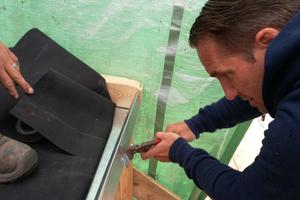 Detail Ablauf: Hier schneidet Oliver Glöckner in die Aufkantung das Loch, in das später das Ablaufrohr eingesetzt wird