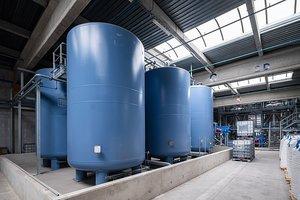 Tanks mit recyceltem Polyol, dass für die Produktion von PU-Dämmplatten eingesetzt wird