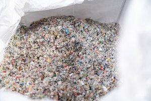 Zu Granulat zerkleinerte PET-Verpackungsreste