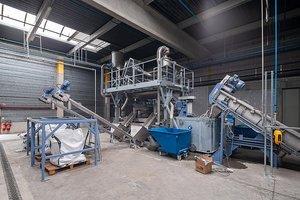 PET-Verpackungsabfälle werden im Soprema-Recyclingwerk gewaschen und zerkleinert