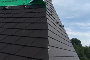Im oberen Dachbereich verlegten die Flaschner eine neue Holzschalung, da der obere Dachbereich leicht versetzt ist. So erhielten sie eine gleichmäßige Unterkonstruktion für die neuen Schindeln