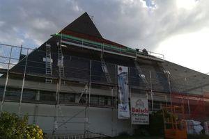 Die seitlichen Dachflächen werden stückweise neu eingedeckt
