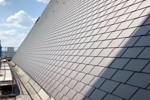 """Die Dachflächen sind neu eingedeckt mit den Prefa-Aluminiumdachschindeln in der Oberflächenvariante """"Nussbran P.10 Stucco"""""""