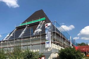 """Für die Neudeckung des Daches nutzten die Handwerker ein """"Bavaria-Leiter-Blitzgerüst"""", mit dem sie sich stückweise nach oben arbeiteten"""