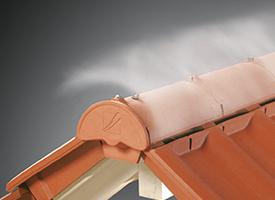 Die Firstanschlusslüfterziegel ermöglichen eine kontrollierte Luftzirkulation für eine sichere Entlüfgung. Das Dach wird in Funktion und Ästehtik aufgewertet.