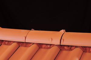 Bei dieser Variante werden die zum jeweiligen Ziegel- oder Dachsteinmodell passenden Firststeine mit Klammern aus Aluminium am First montiert. Darunter sorgt die Schutzschicht der First- und Gratrolle für nochmalig perfektionierten Witterungsschutz bei gleichzeitig ausreichender Belüftung.