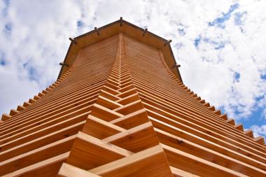 Der 14 Meter hohe Turm hat eine Fassade aus Lärchenholzlamellen