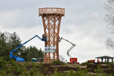 Das Haupttragwerk des Turmes besteht aus Brettschichtholz