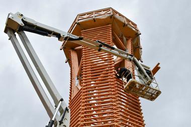 Die Lärchenholzlamellen wurden einzeln per Hubsteiger am Turm montiert und sind leicht austauschbar