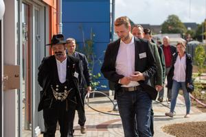 Führung durch den Innen- und Außenbereich der Kita durch Ralf Dinkhoff, Projektleiter Terhalle Holzbau GmbH (rechts). Links: Johannes Schmitz, Vorsitzender Zimmererverband Nordrhein<br />