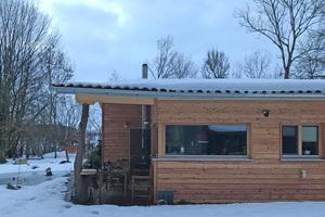 Das Haus Auer im Februar 2019, kurz vor der Sanierung. An der Dachrinne ist die Setzung erkennbar