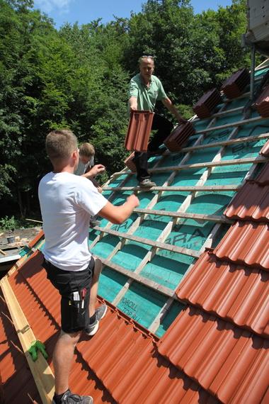 """Für die Dachdeckung kamen """"Granat 11V""""-Dachziegel zum Einsatz"""