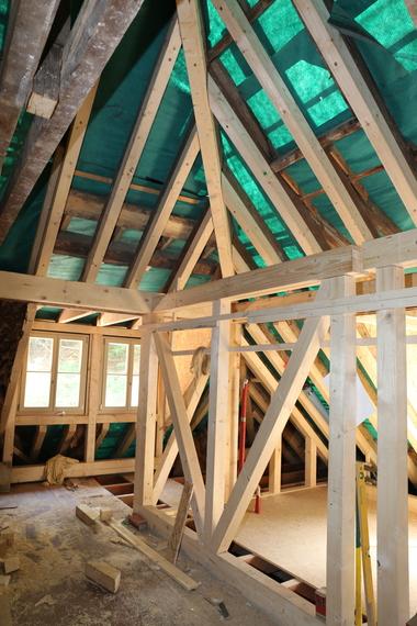 Balken, Stützen und Fußschwellen wurden ergänzt oder ersetzt, die Dachsparren unterseitig aufgedoppelt