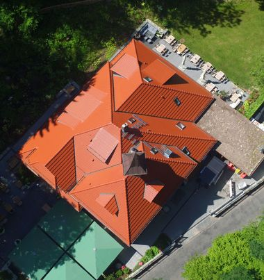 Die Dachflächen des alten Fachwerkhauses nach der Sanierung aus der Vogelperspektive