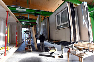 """In der Feldfabrik in Frankfurt werden die Wand-, Decken- und Bodenelemente zu Modulen zusammengesetzt<span class=""""bildnachweis"""">Fotos (2): Stadt Frankfurt/Rainer Rüffer</span>"""