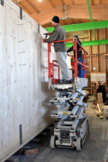 Montage der Module in der Feldfabrik aus Brettsperrholz-Elementen