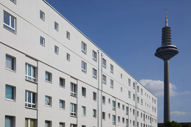 Von drei auf fünf Geschosse: ein aufgestocktes Wohnhaus in der Frankfurter Platensiedlung mit zwei neuen Geschossen in HolzmodulbauweiseFoto: Skycamera<br />