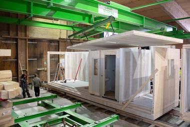 """Die Module haben einen hohen Vorfertigungsgrad, sogar die Bäder werden als """"Modul im Modul"""" schon im Werk eingebaut<span class=""""bildnachweis"""">Foto: Franziska Vogl/Liwood</span>"""