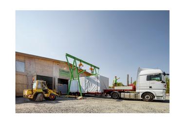"""Die Holzmodule werden in einer temporären Produktionshalle in Frankfurt gebaut und per Tieflader auf die Baustelle geliefert<span class=""""bildnachweis"""">Foto: Sascha Kletzsch</span>"""