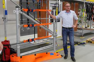 """Jochen Nordhoff von der Firma Strenge präsentierte das System """"RoofXafe"""" zur Absturzsicherung auf dem Flachdach"""