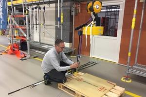 In Fallversuchen mit verschiedenen Gewichten zeigte Spanset-Anwendungstechniker Jörg Scheilen, wie stark sich Verbindungsmittel bei einem Absturz verlängern