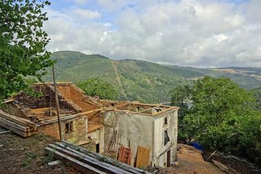 """Die Wandergesellinnen und -gesellen des Schachts Axt und Kelle unterstützen dieses Jahr den Wiederaufbau der Casa Queipo in Galicien<span class=""""bildnachweis"""">Fotos: Schacht Axt und Kelle</span>"""