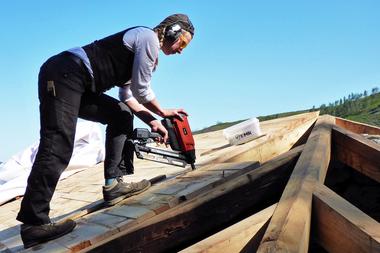 Die Dachschalung aus Kastanienholz wurde mit einem D-Kopf-Gasnagler befestigt
