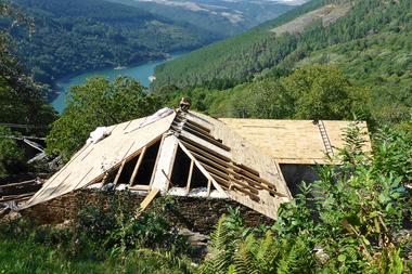 Durch die dreiwöchige Arbeit der Wandergesellinnen und -gesellen erhielt das Haus ein neues Dach mit Holzschalung, die hier noch nicht vollständig erstellt ist<br />