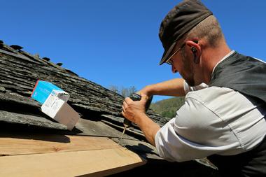 """Im Randbereich wurde die Dachschalung mit """"Befix""""-Holzbauschrauben befestigt"""