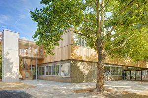 Die Holzfassade des neuen Obergeschosses steht im starken Kontrast zur Bestandsfassade. Die Fassade im Erdgeschoss soll voraussichtlich im Sommer 2020 gedämmt und neu verkleidet werdenFoto: Rahel Welsen