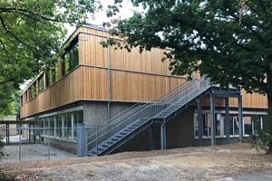 """Ein eingeschossiges Schulgebäude der Erich-Kästner-Grundschule in Darmstadt wurde um ein Geschoss in Holzbauweise aufgestockt<span class=""""bildnachweis"""">Fotos: Prosa Architektur + Stadtplanung/Quasten Rauh PartGmbB</span>"""