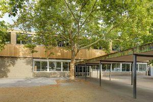 Das eingeschossige Schulgebäude der Erich-Kästner-Grundschule in Darmstadt wurde um ein Geschoss in Holzbauweise aufgestockt