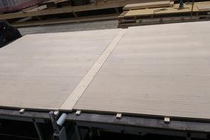 Die Akustikdecken für die Klassenräume wurden bei Holzbau Ochs vorgefertigt<br />