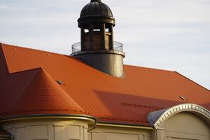 Die Biegungen der Schneefangrohre an den Türmen hat der Dachdeckerbetrieb in Abstimmung mit dem Architekturbüro vor Ort festgelegt und durch eine Schlosserei erstellen lassen