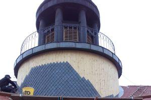Der Dachreiter erhielt eine neue Holzschalung, darauf wurden Schiefersteine verlegt