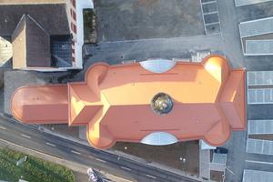 Die Luftaufnahme, die mit einer Drohne gemacht wurde, zeigt die ungewöhnliche Form des Volkshauses