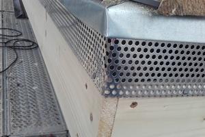 An der Traufe wurden Insektengitter installiert