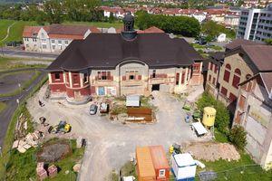 Bis zur Sanierung schützte nur ein bituminöses Notdach das Volkshaus in Meiningen vor eindringendem Wasser