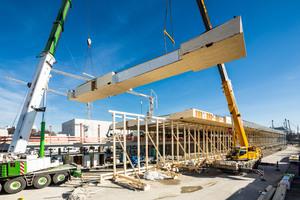 In München entsteht zur Zeit ein neuer Sportcampus in Holzbauweise. Dabei wird eine um 18m auskragende Holzdachkonstruktion über die Laufbahnen gebaut   Foto: Rubner Holzbau
