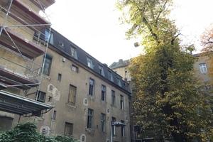 Dieses Wohnhaus in Berlin-Neukölln wird derzeit saniert und in Holzbauweise aufgestockt<br /><br />