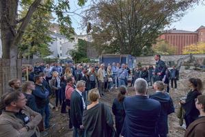 Roland Busch vom Architekturbüro Kaden+Lager präsentiert die Baustelle der Dachaufstockung k145 in Berlin-Neukölln Ende September 2019<br />