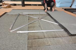 Ein Aluminiumrahmen bildet die Basis des Anschlagpunkts. Er wird nach dem Zusammensetzen mit Bitumenbahnen abgedichtet<br />Fotos: ABS Safety